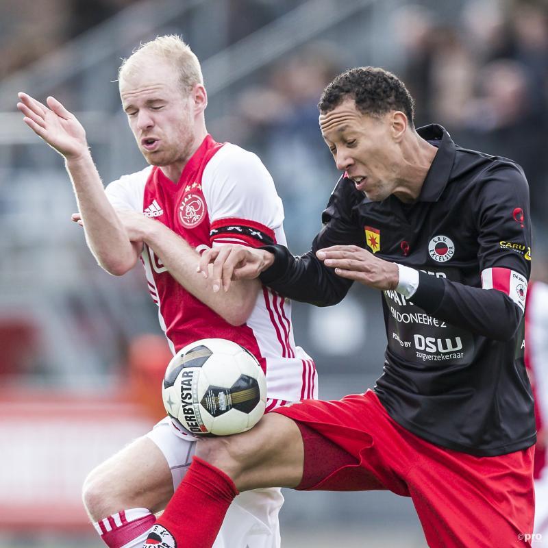 Ajax-speler Davy Klaassen en Excelsior-speler Ryan Koolwijk gaan nogal vreemd het duel aan, wat zou een goed onderschrift zijn bij deze foto? (Pro Shots / Kay Int Veen)