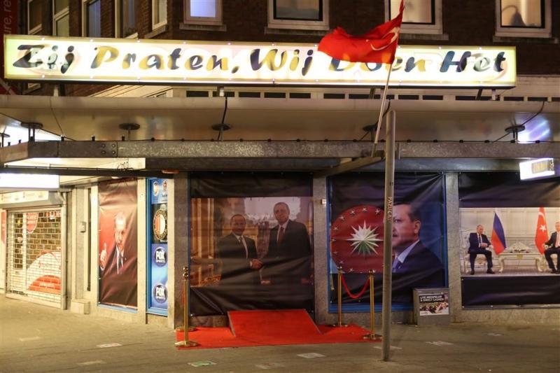 Pand Rotterdam nu beplakt met Turkse vlaggen