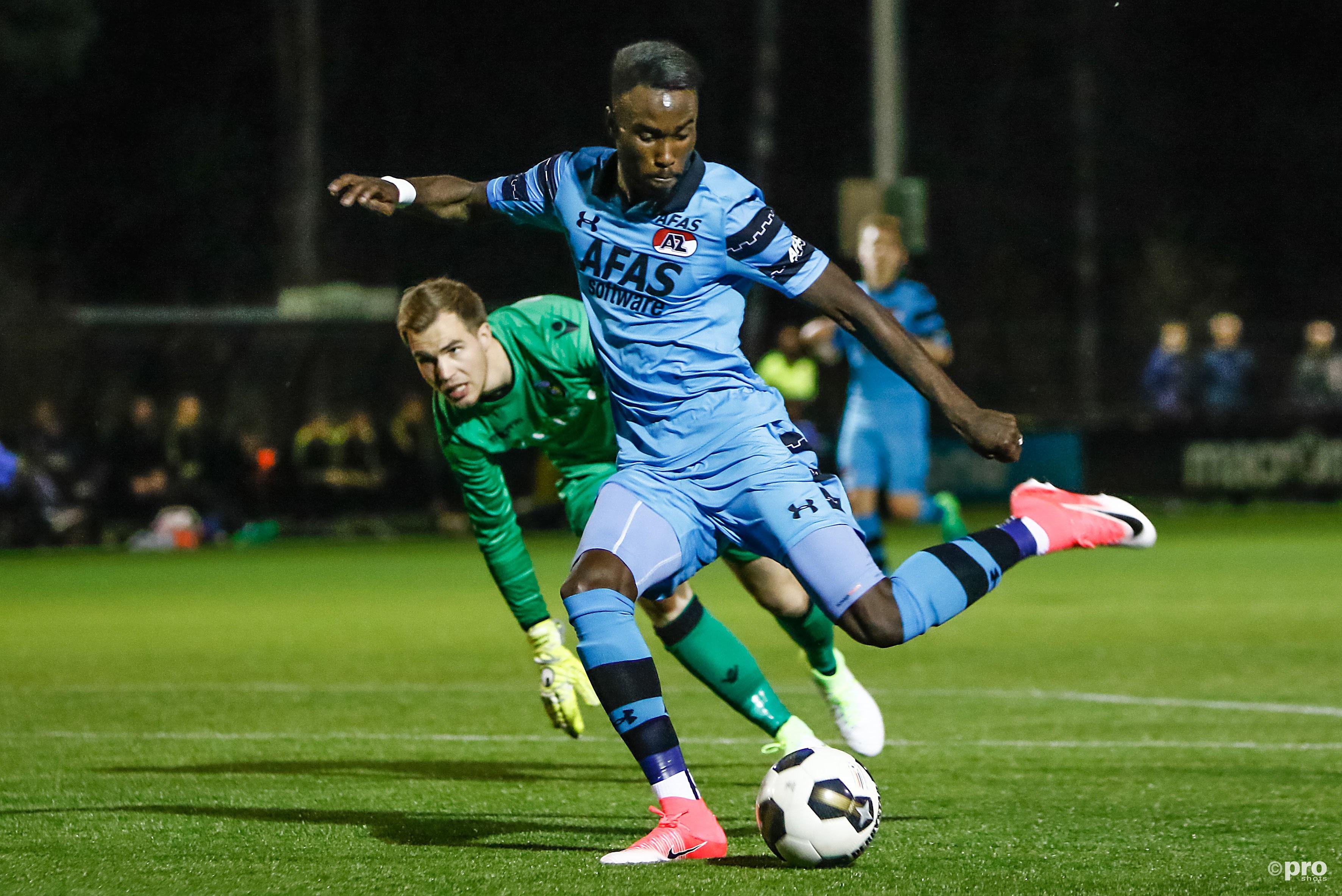 Jong AZ speler Fernando Lewis maakt de 0-1 voor jong AZ Jong Vitesse keeper Jeroen Houwen is kansloos. (PRO SHOTS/Remko Kool)