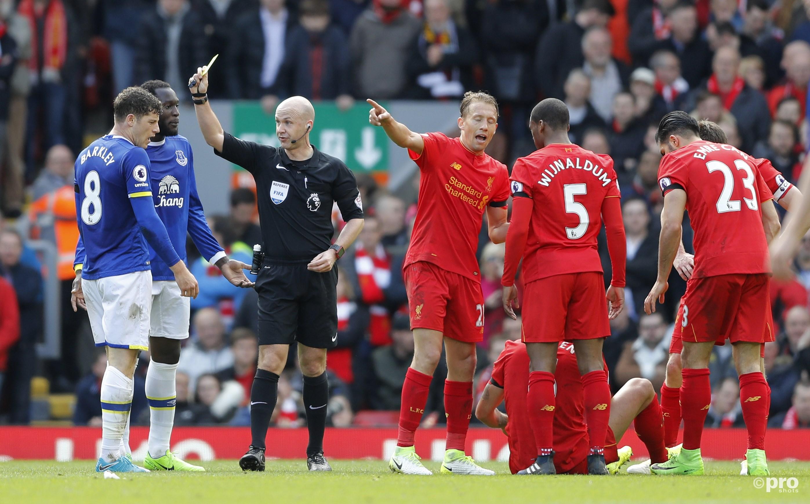 Ross Barkley (Everton) krijgt geel na een overtreding op Dejan Lovren (Liverpool). (PRO SHOTS/Action Images)