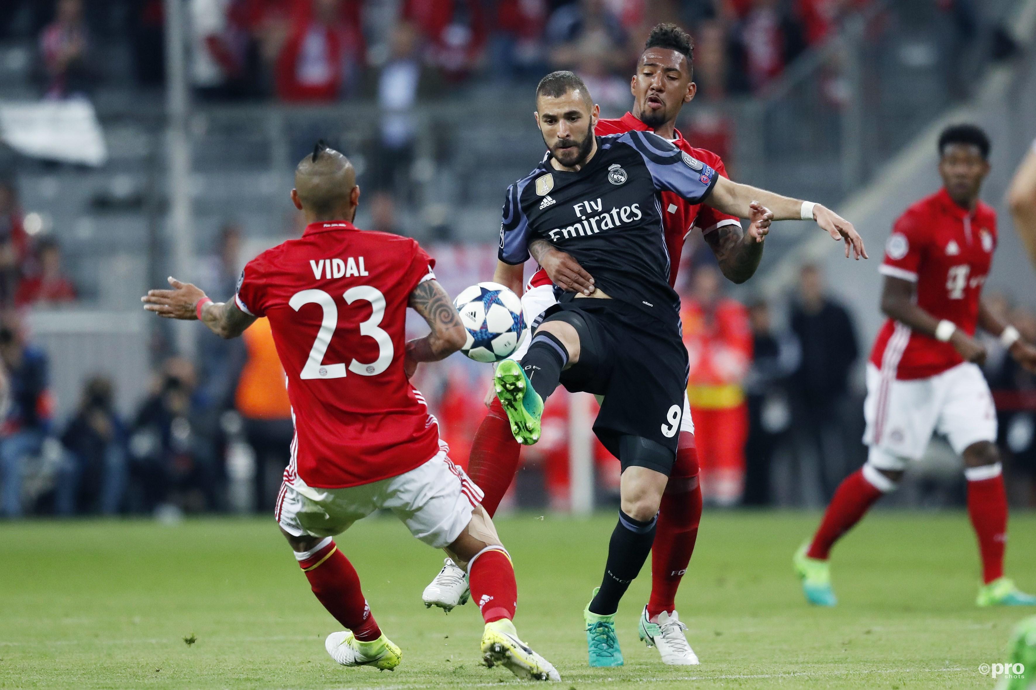 Real-speler Karim Benzema en Bayern-speler Arturo Vidal. (PRO SHOTS/Stanley Gontha)