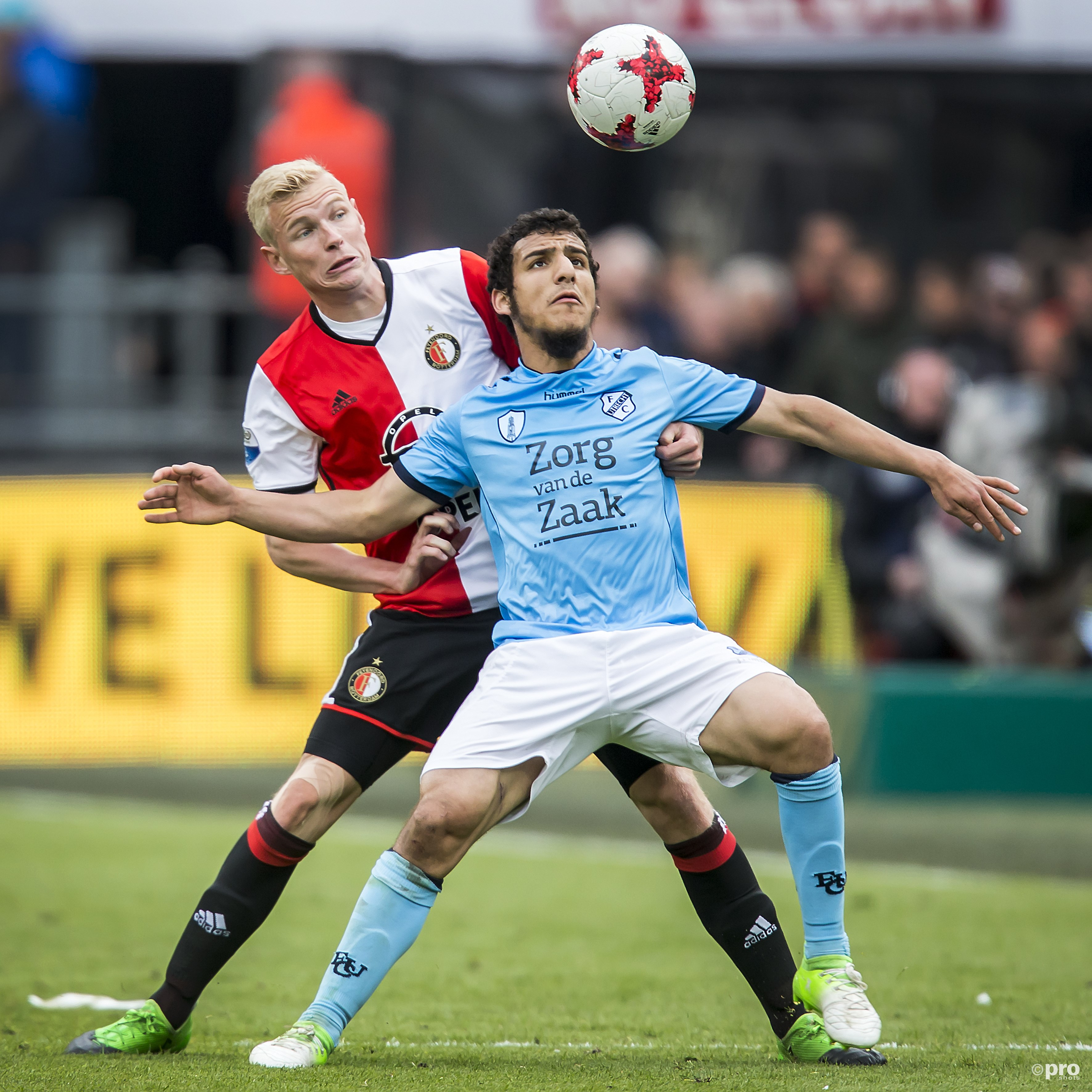 Feyenoorder-Lucas Woudenberg in duel met FC Utrecht-speler Yassin Ayoub.