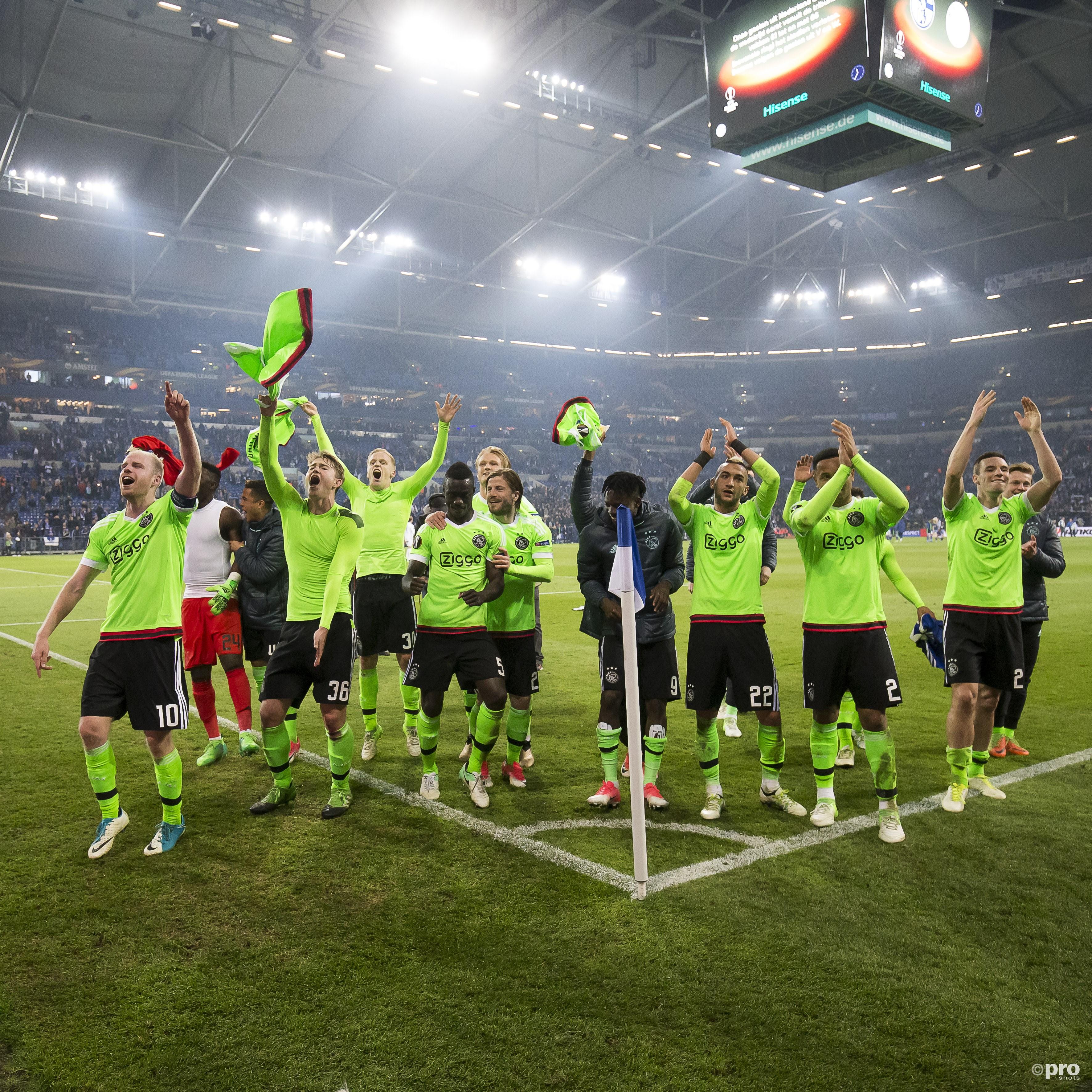Ajax-spelers vieren feest. (PRO SHOTS/Joep Leenen)