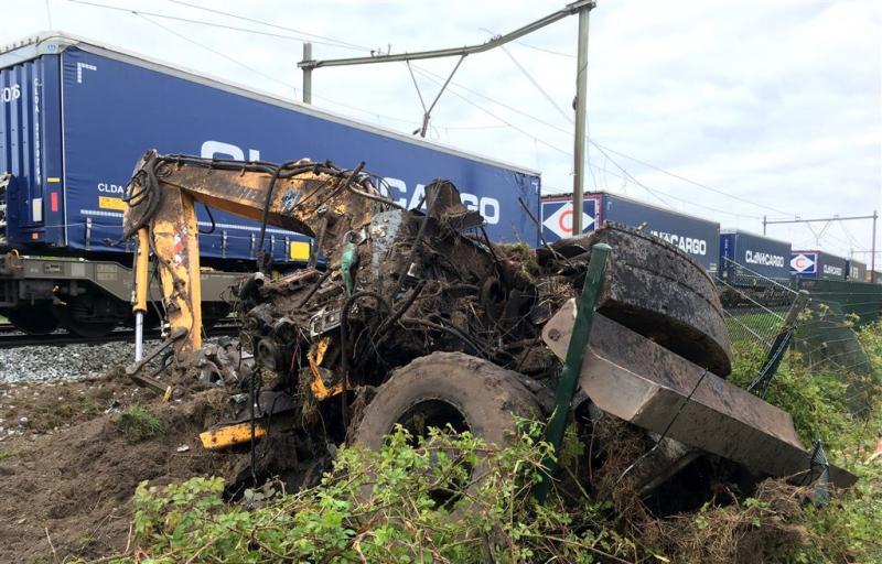Veel schade door botsing trein en graafmachine