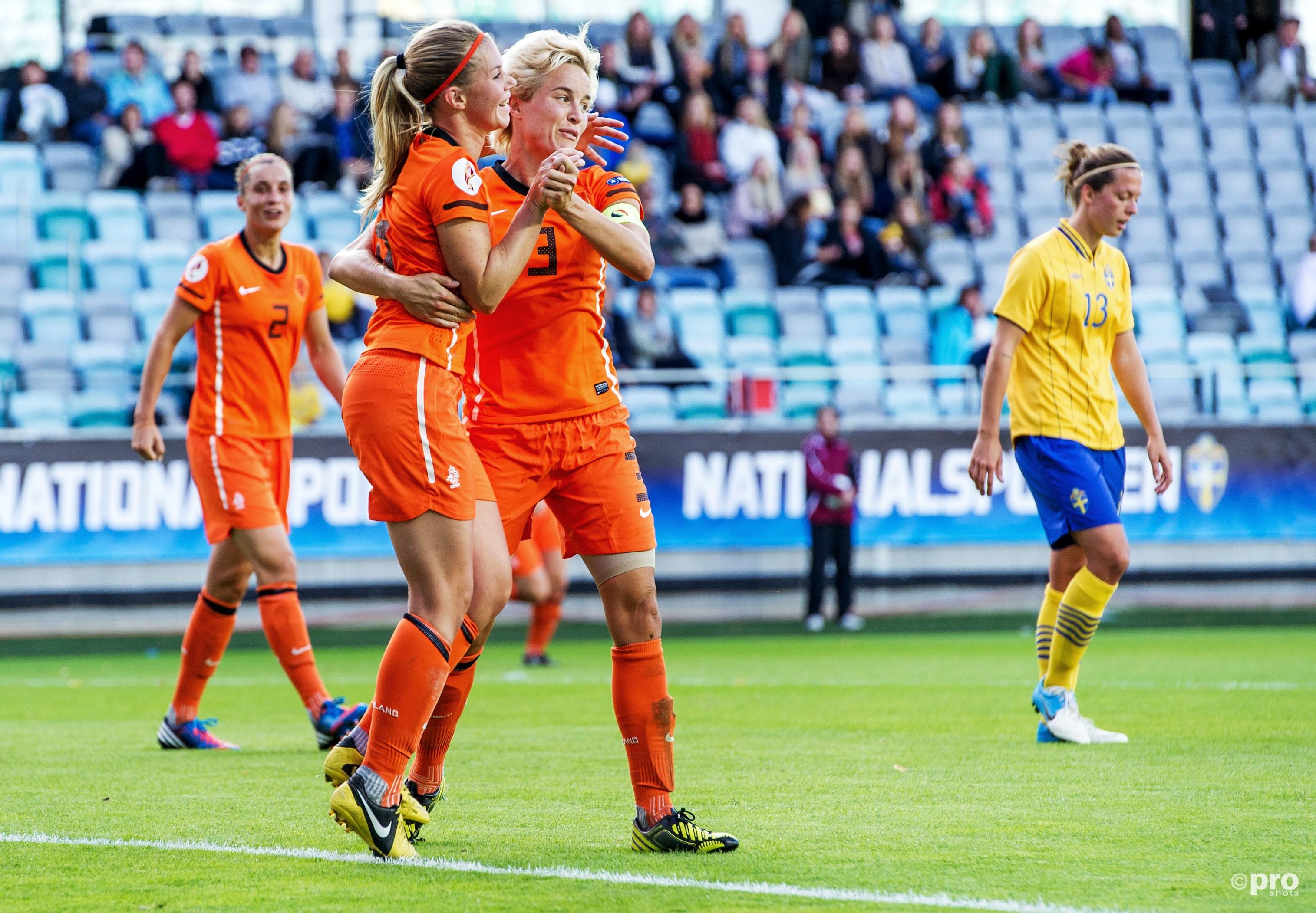 Koster en Hoogendijk vieren een treffer tijdens een oefenwedstrijd in Zweden. (PRO SHOTS/Bildbyran)