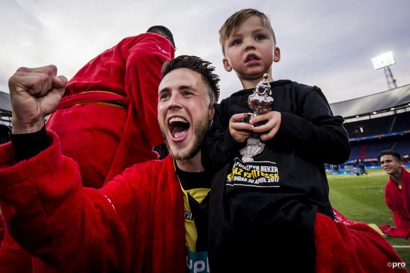 Vitesse-speler Ricky van Wolfswinkel viert de bekeroverwinning samen met zijn zoon (Pro Shots / Erwin Spek)
