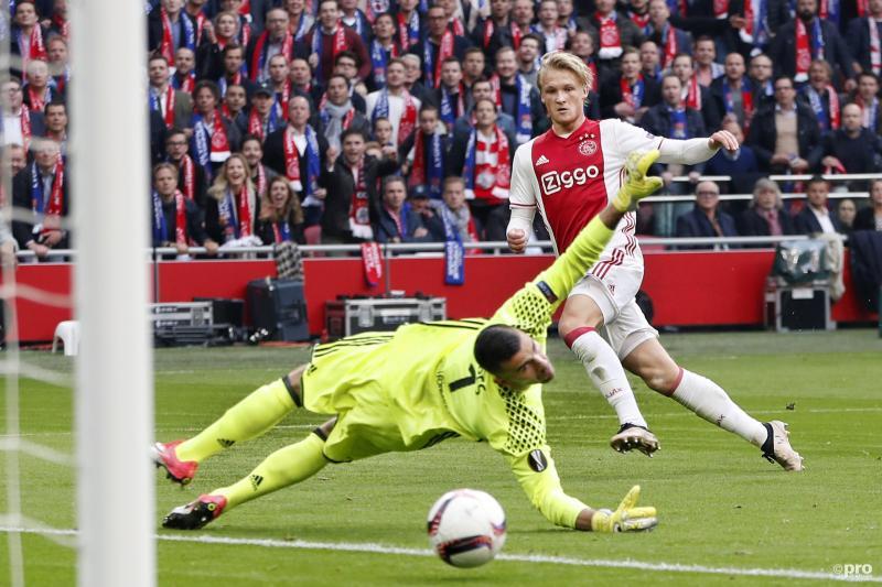 Kasper Dolberg schiet de 2-0 erin (Pro Shots / Stanley Gontha)