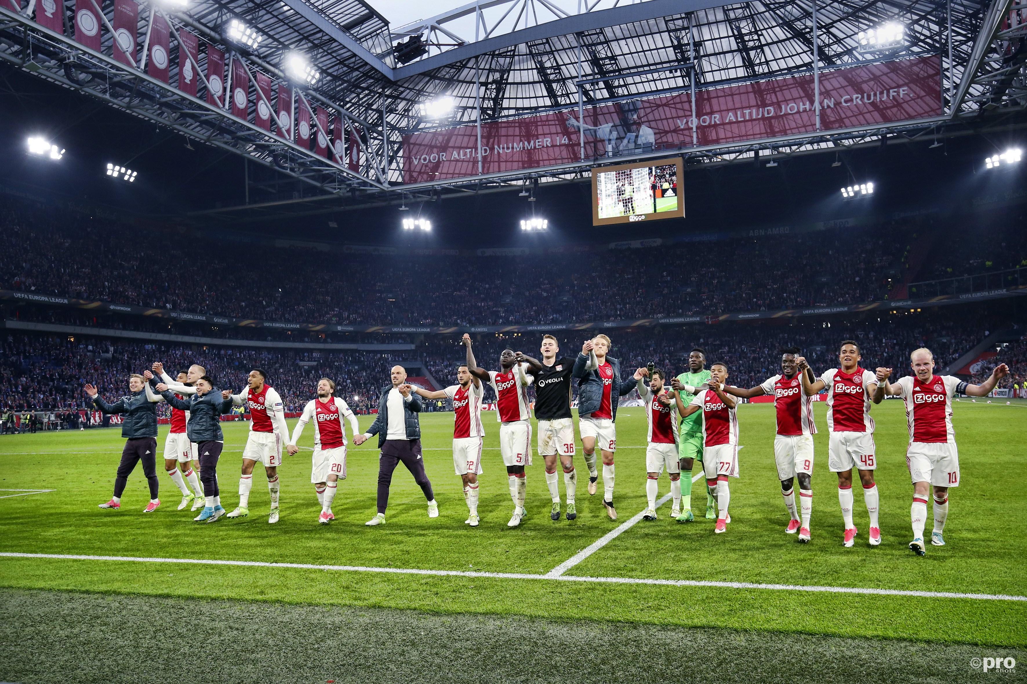 De Ajax-spelers bedanken de fans na de wedstrijd (Pro Shots / Stanley Gontha)