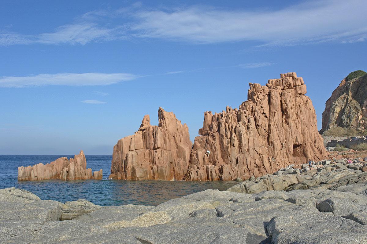 Warmroze rotsformaties bij Arbatax (Foto: WikiCommons/Hans Peter Schäfer)