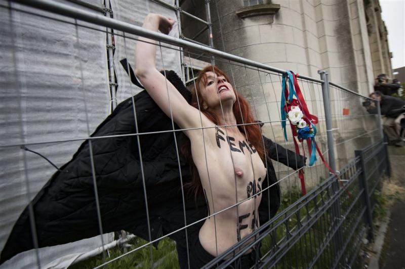 Met blote borsten in actie tegen Le Pen