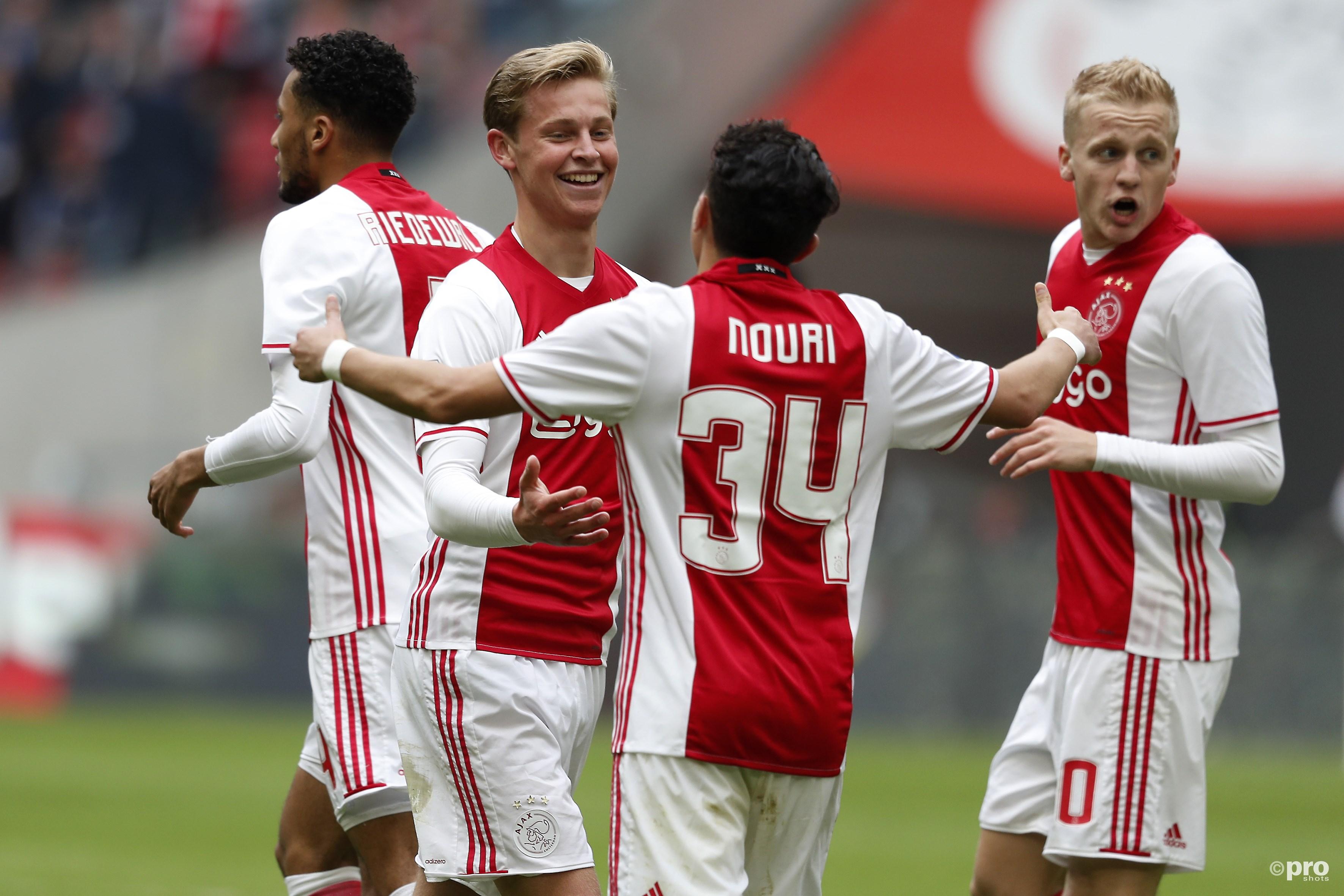 Frenkie de Jong scoort en viert de 3-0 met Abdelhak Nouri. (PRO SHOTS/Stanley Gontha)