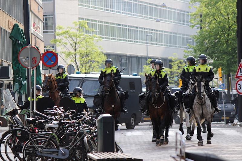De ME veegt de straten schoon tijdens bijna-kampioensrellen Rotterdam