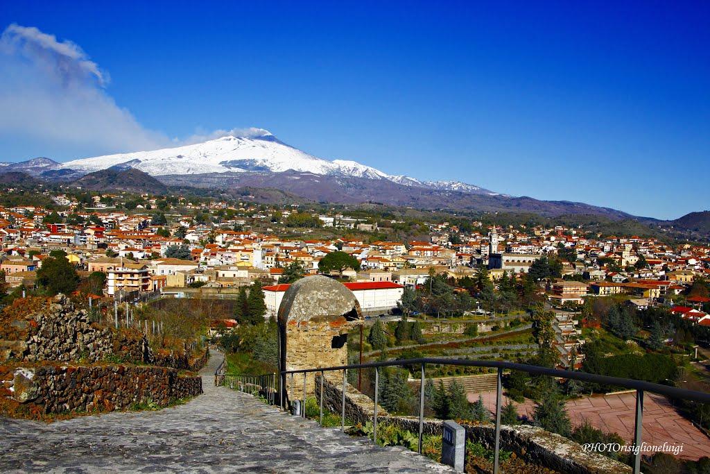 Pedara met de rokende Etna op de achtergrond (Foto: Panoramio)