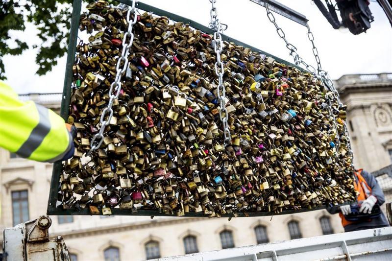 Parijs veilt liefdesslotjes van Pont des Arts