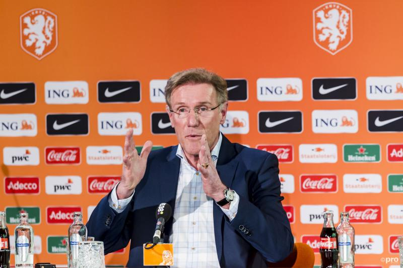 Hans van Breukelen probeert ons tijdens de persconferentie iets duidelijk te maken, maar wat? (Pro Shots / Erwin Spek)