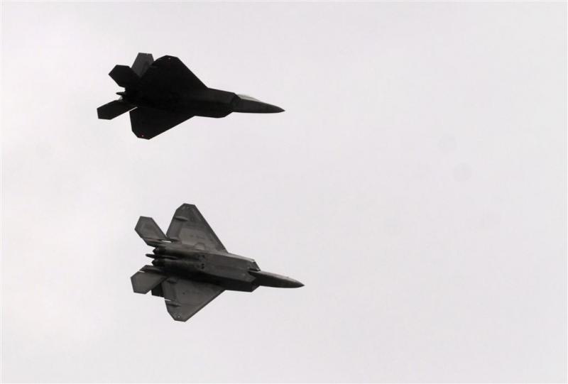 Luchtmacht VS begeleidt passagierstoestel