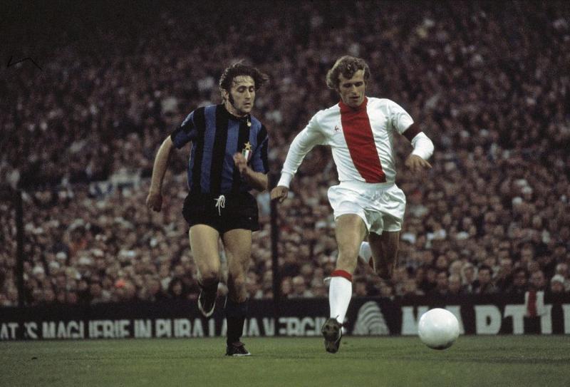 Inter-speler Mauro Bellugi en Piet Keizer dueleren in de Europa Cup 1-finale in 1972 (WikiCommons/Kroon, Ron / Anefo)