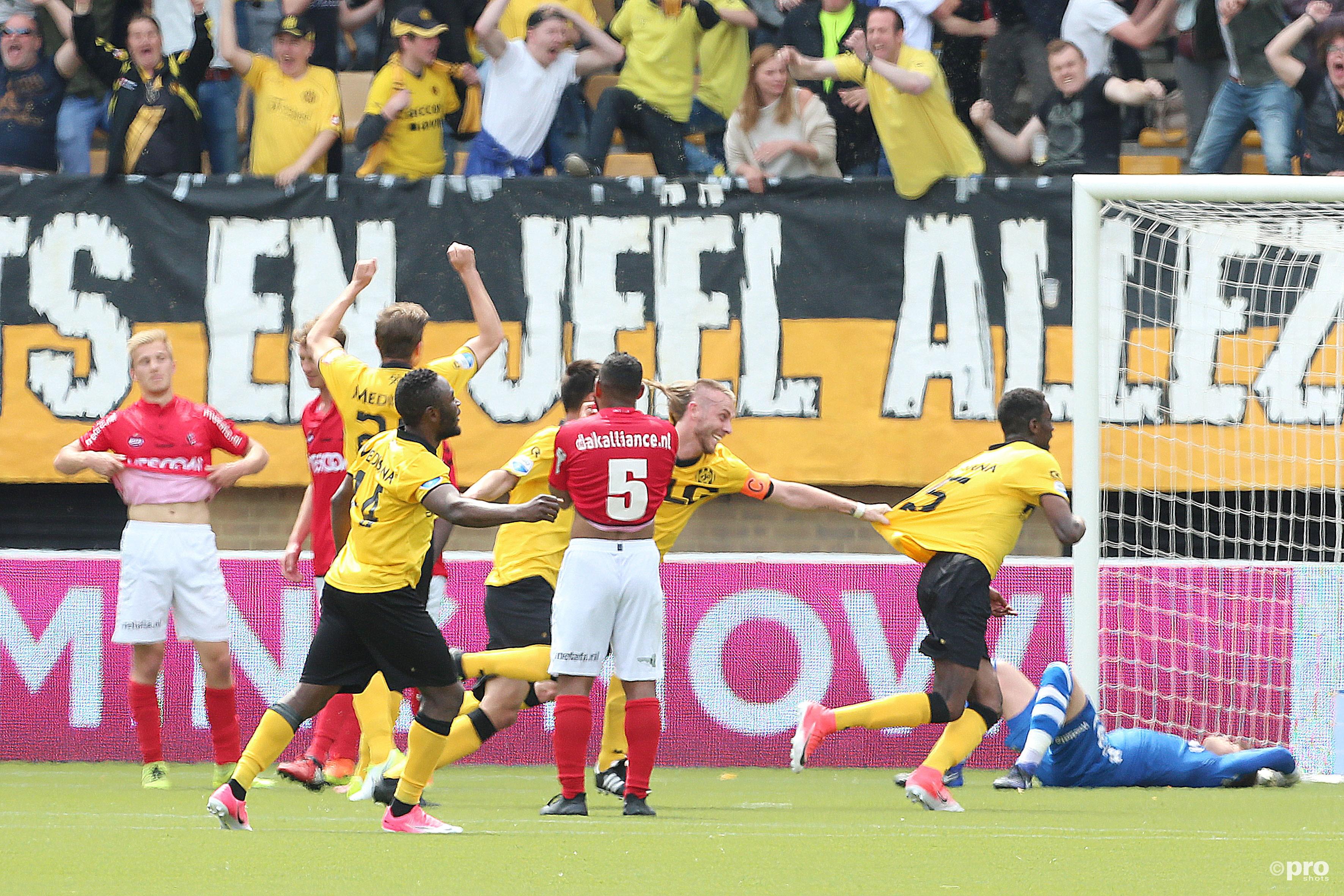 Terwijl Roda JC spelers juichen ligt Helmond Sport speler Stijn van Gassel er verslagen bij. (PRO SHOTS/Henk Korzelius)