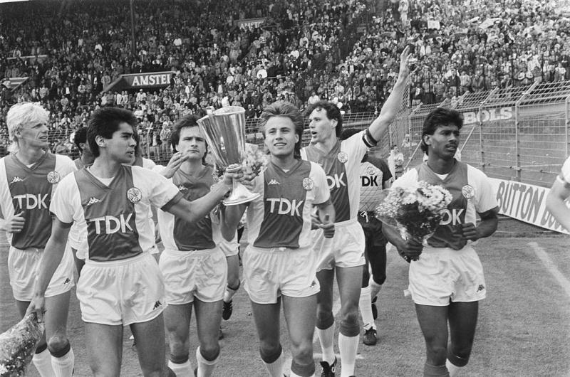 Ajax met de Europa Cup 2 in 1987 (WikiCommons/Bart Molendijk; NL-HaNA, ANEFO)
