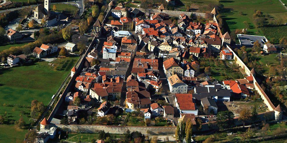 Het mooie Glorenza, inclusief stadsmuur (Foto: Panoramio)