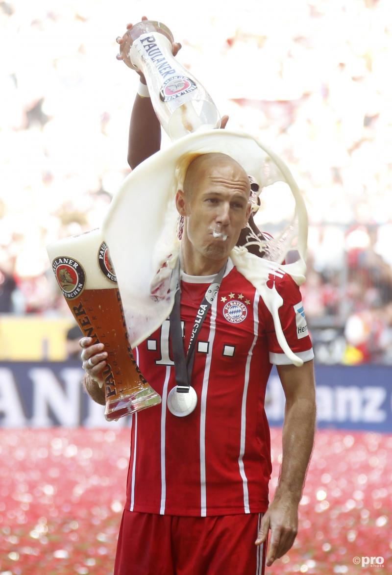 Bayern München-speler David Alaba bezorgt Arjen Robben een flinke bierdouche, wat zou een leuk onderschrift zijn bij deze foto? (Pro Shots / Witters)