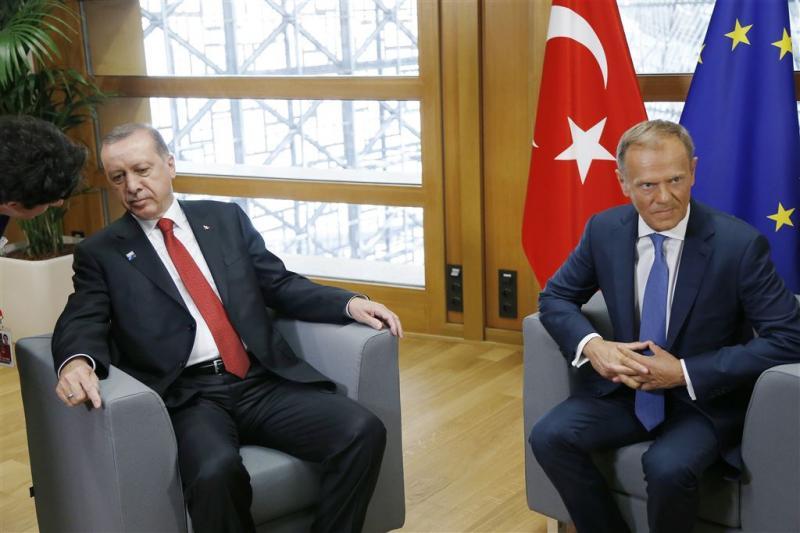 Tusk kaart mensenrechten aan bij Erdogan