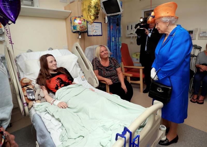 Koningin bezoekt jonge slachtoffers aanslag
