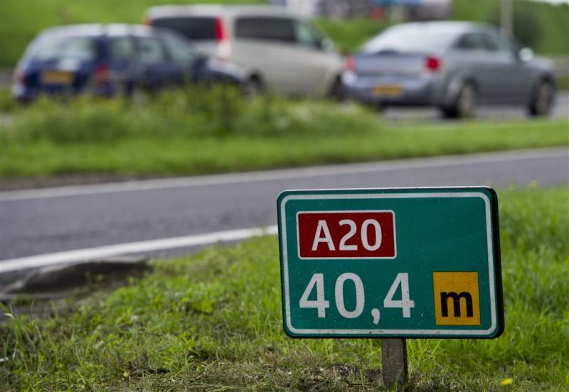 Vrouw rijdt met bromfiets op A20