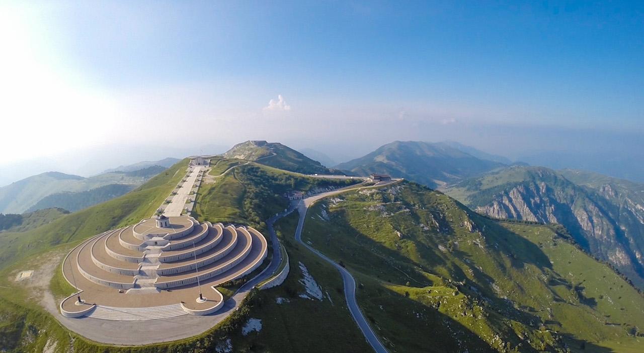 Het prachtige monument op de Grappa (Foto: Panoramio)