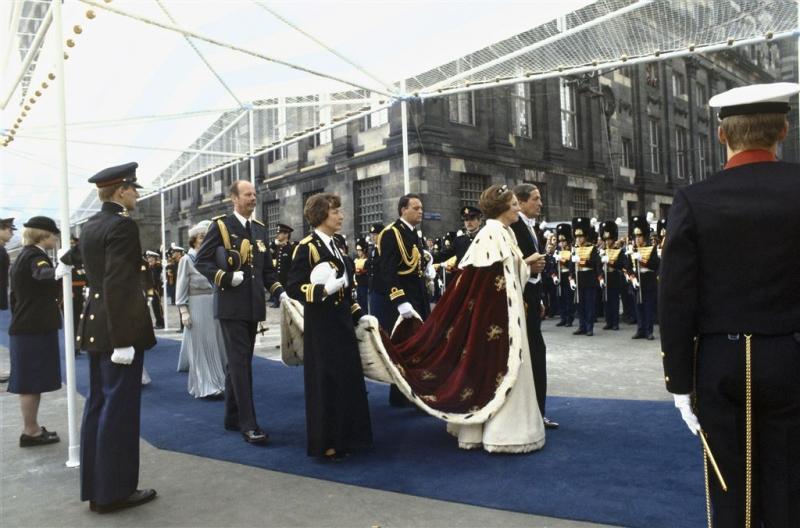 Inhuldigingsjurk Beatrix en pak Ockels op expo