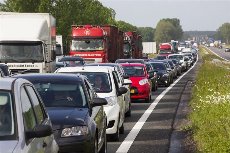 Vrachtauto botst op bus Nederlandse scholieren