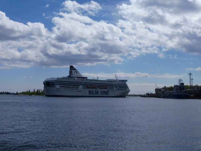 Een cruiseschip in de haven van Helsinki (Foto: qltel)