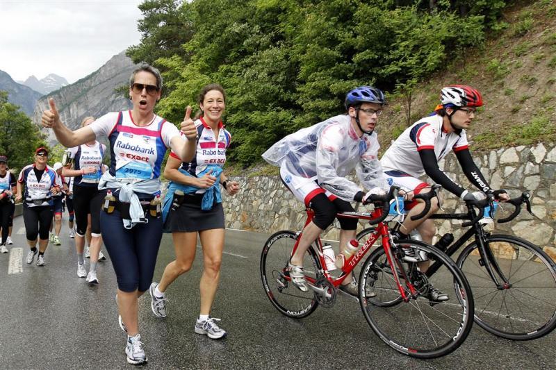 Lopers en fietsers beklimmen Alpe d'Huez