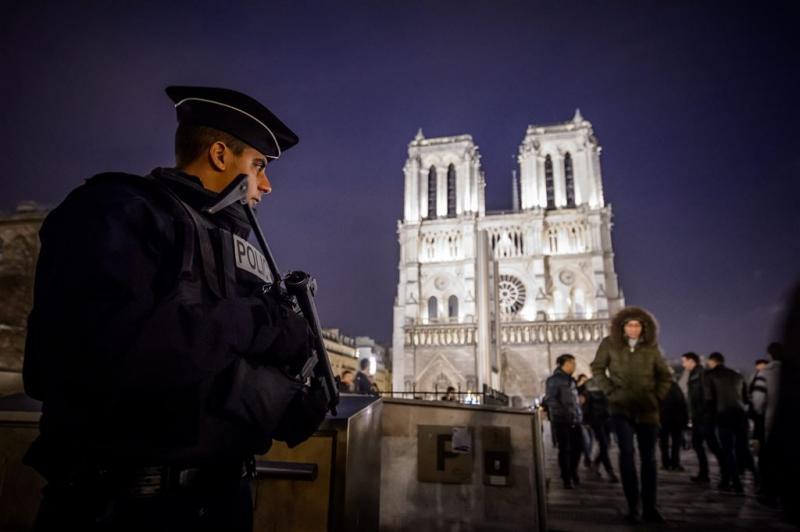Agent aangevallen met hamer bij Notre Dame