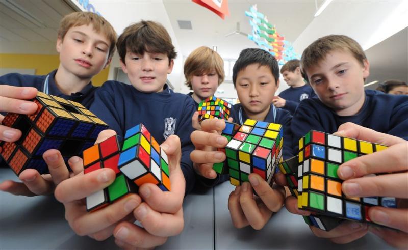 Kind verbetert robot die Rubik's Cube oplost