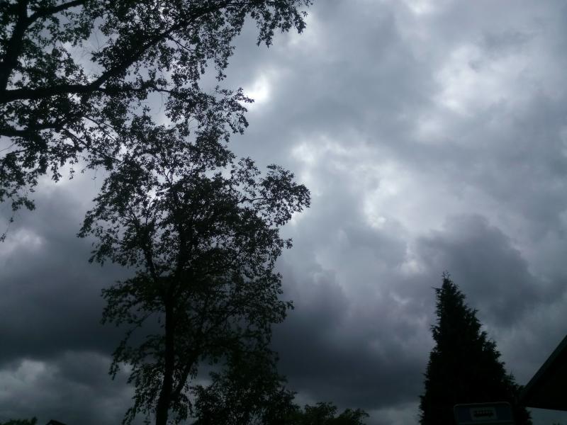 Een dreigende lucht in Schaarsbergen.  (Foto: Bazbo)