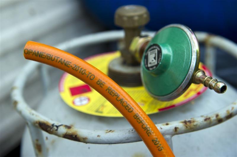 Paniek over auto met gasflessen bij fabriek