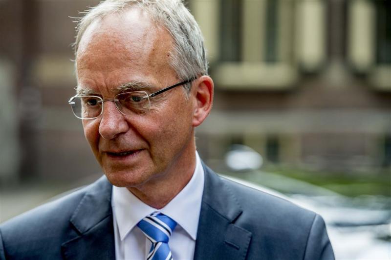 Defensie onderzoekt klacht over minister Kamp
