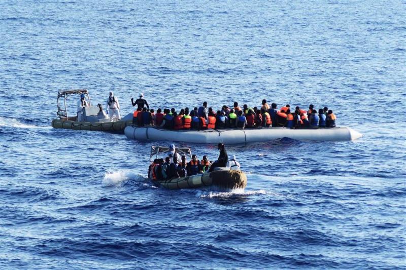 Sloep met 126 vluchtelingen is zoek