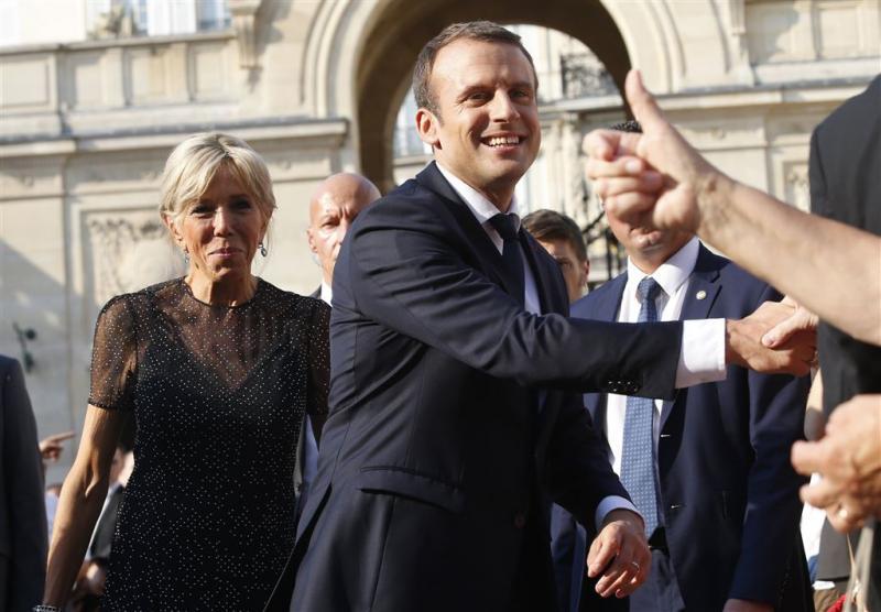 Macron bemant zijn kabinet met onbekenden