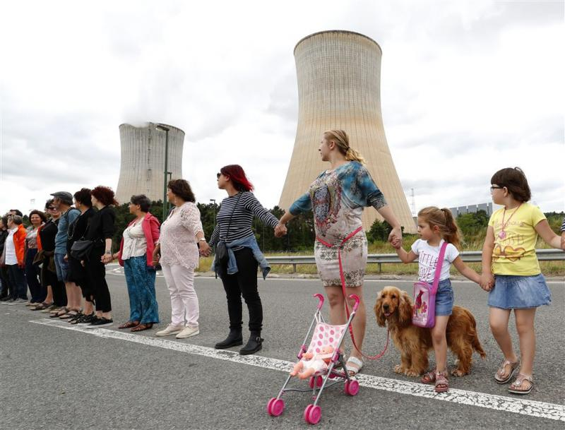 Mensenketting uit protest tegen kerncentrales