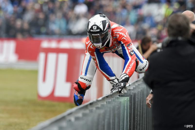 Scott Redding is met iets anders dan motorrijden bezig tijdens de TT van Assen, wat is hier gaande? (Pro Shots / Cor Lasker)
