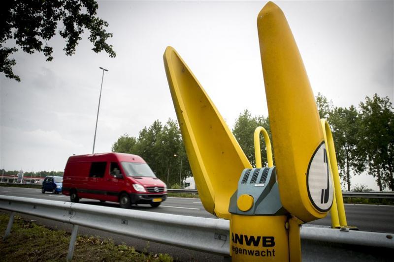 Fan demonteert zelf ANWB-praatpaal langs A29