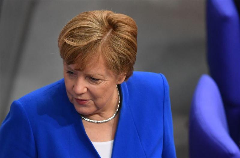 Merkel belooft werk voor iedereen in 2025