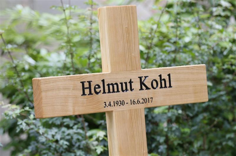 Honderden mensen bezoeken graf Kohl