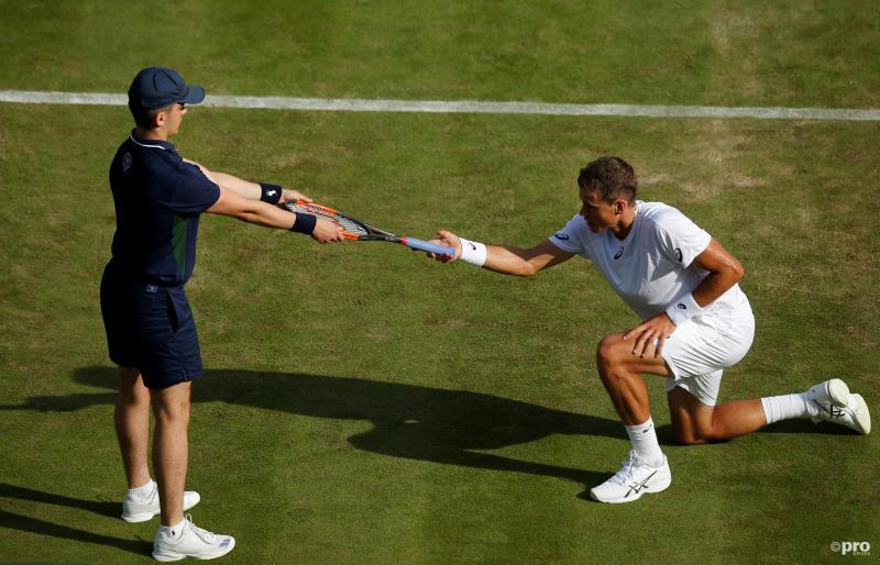 De tennisser Vasek Pospisil krijgt zijn racket op een wel heel bijzondere manier op Wimbledon, wat is hier gaande? (Pro Shots / Action Images)
