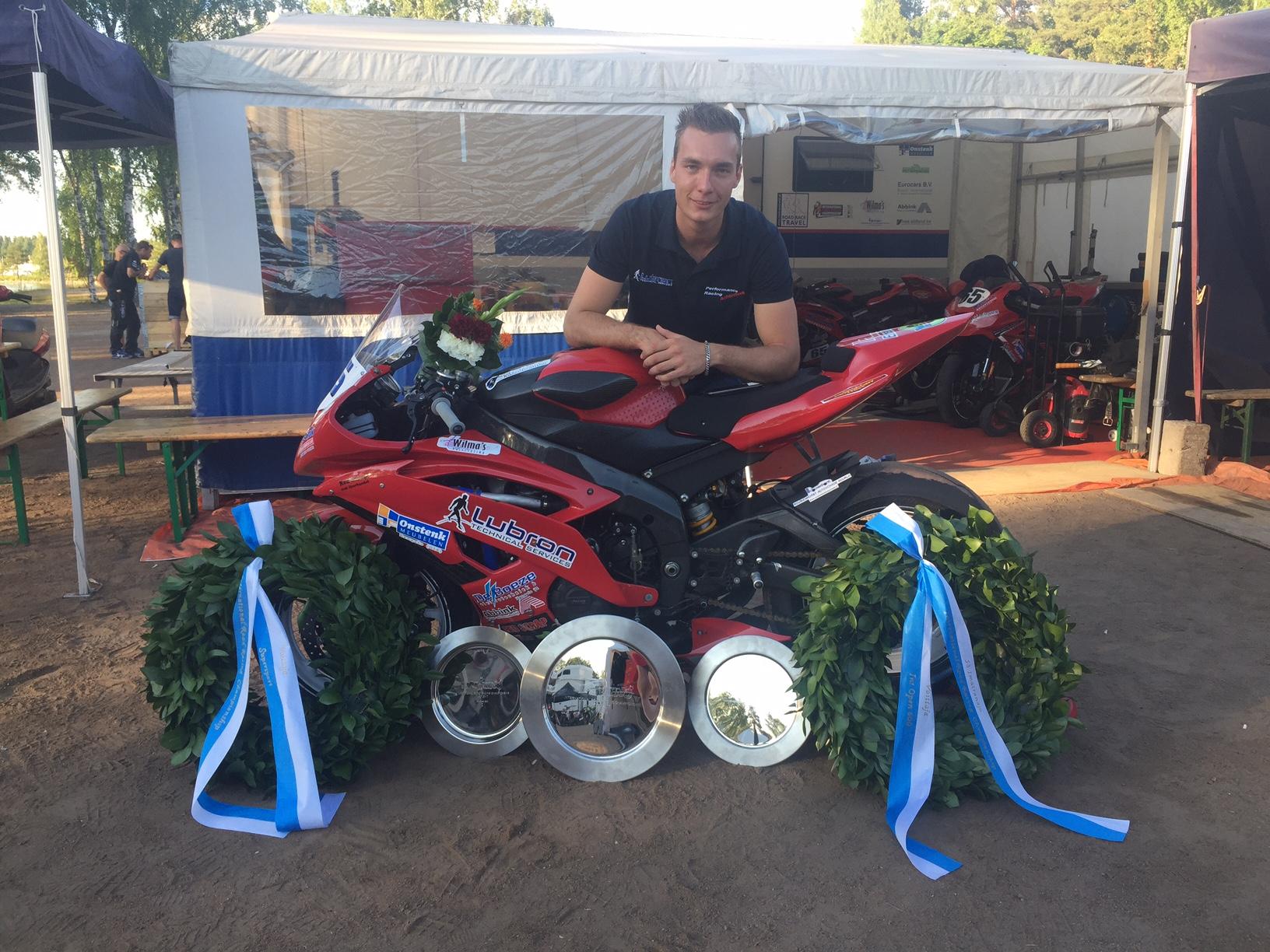 Den Besten met zijn prijzen van het raceweekend in Imatra
