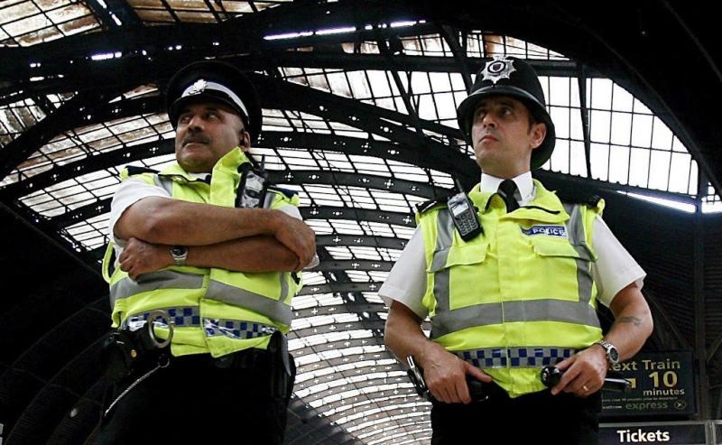 Tiener opgepakt voor zuuraanvallen Londen