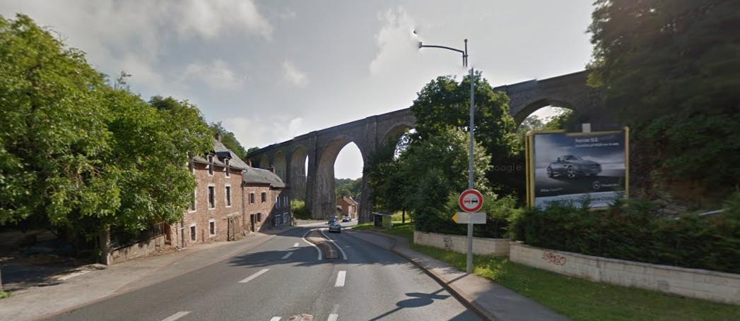 De renners rijden nog onder een fraai viaduct door (Foto: Panoramio)