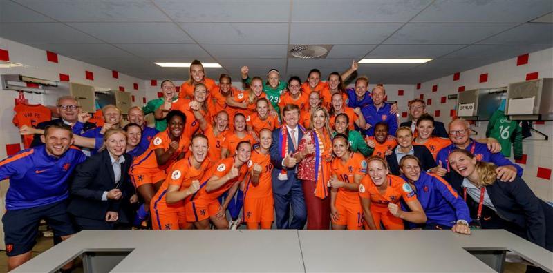 Koningspaar feliciteert Oranjevrouwen
